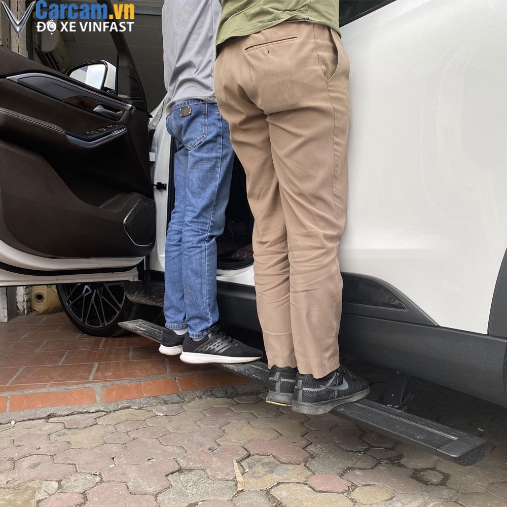 Thử tải trọng chịu đựng của bậc điện xe Vinfast Lux SA