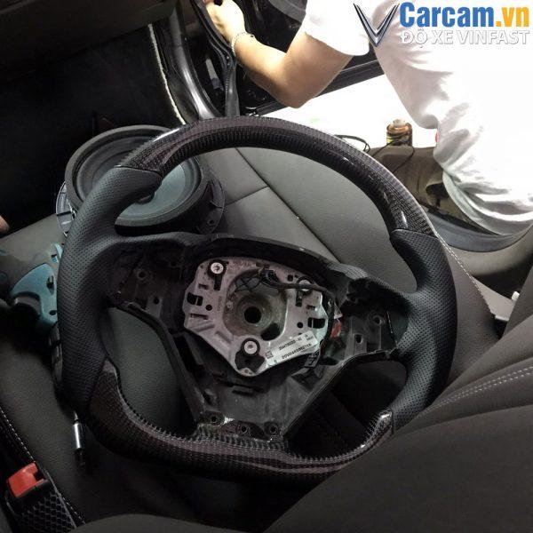 Vô lăng carbon fiber được độ từ vô lăng zin của hãng.