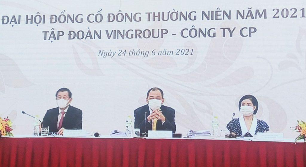 Ban lãnh đạo Vingroup chia sẻ tại đại hội cổ đông thường niên sáng 26/4 theo hình thức online kết hợp offline. Ảnh: VIC